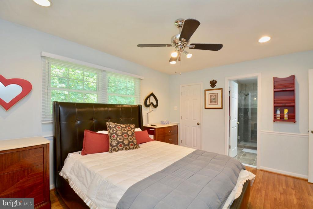 Master suite with lots of windows and light - 7701 HEMING PL, SPRINGFIELD