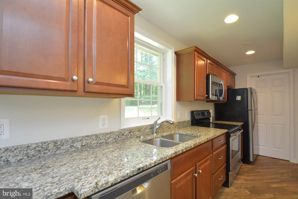 Lower level wet bar area with lots of light. - 7701 HEMING PL, SPRINGFIELD