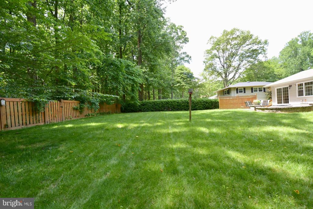 Plenty of lawn space and areas for gardens - 7701 HEMING PL, SPRINGFIELD
