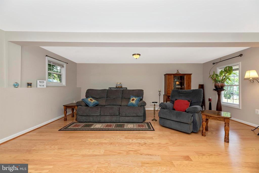 Spacious living room - neutral colors throughout. - 4110 SHADY LN, KNOXVILLE