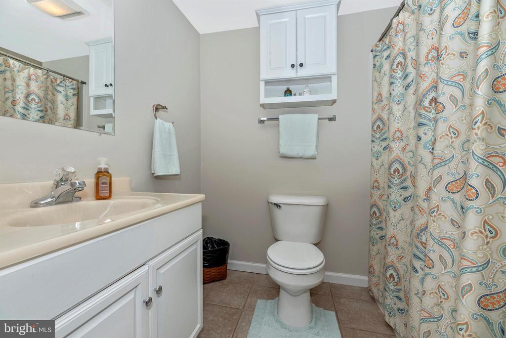 Upper level full hall bathroom. - 4110 SHADY LN, KNOXVILLE