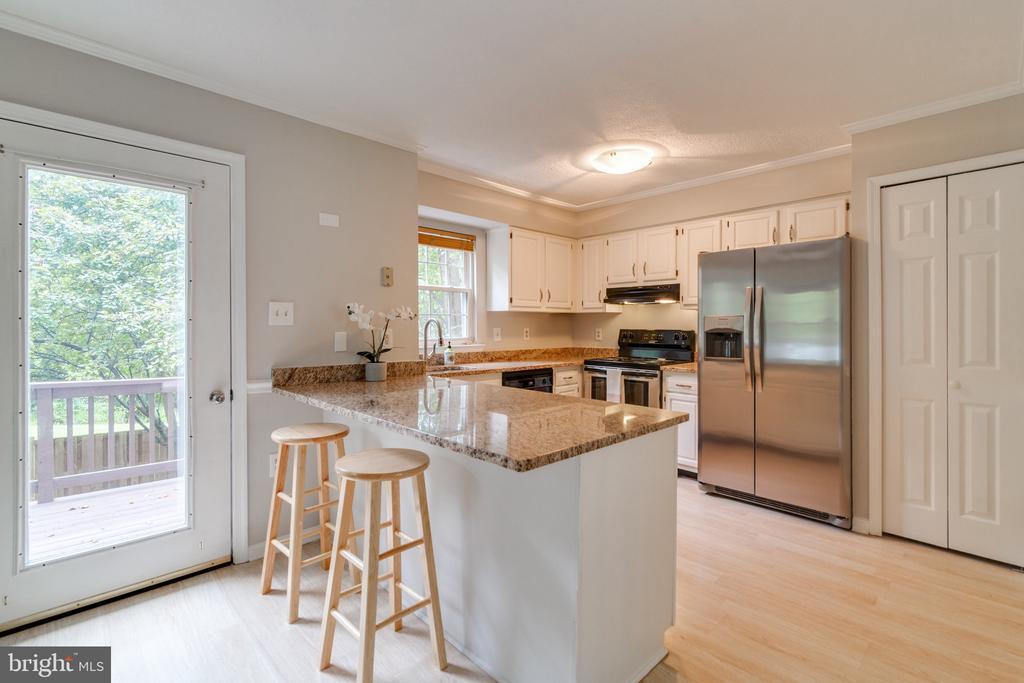 Kitchen with Breakfast Bar - 15415 BEACHWATER CT, DUMFRIES