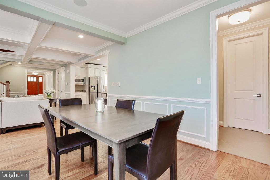 separate breakfast area doubles for school work - 3401 N KENSINGTON ST, ARLINGTON