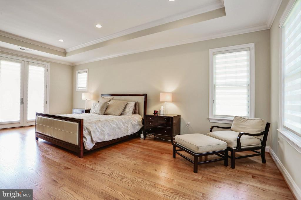 seating and desk area with door to Juliet balcony - 3401 N KENSINGTON ST, ARLINGTON