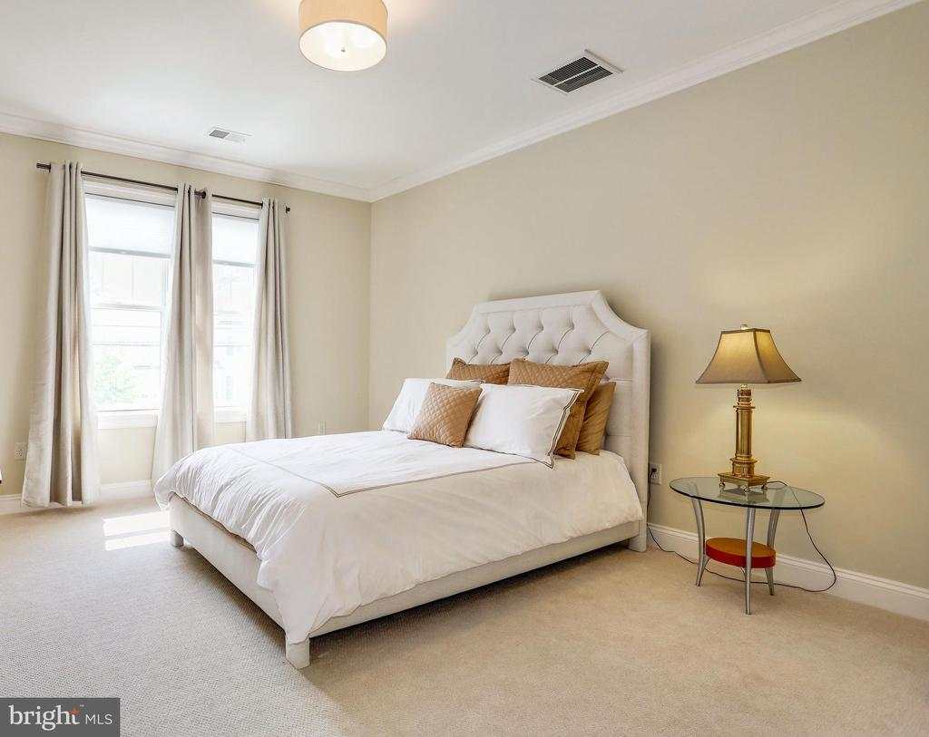 second bedroom with plush carpeting - 3401 N KENSINGTON ST, ARLINGTON