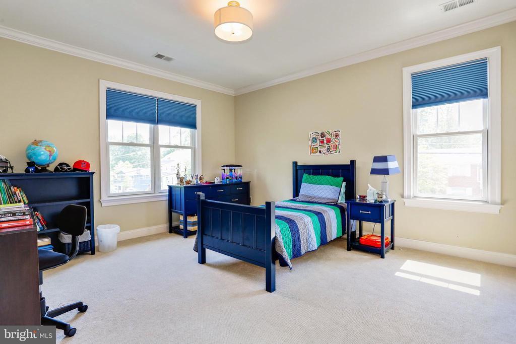 third bedroom with window for cross ventilation - 3401 N KENSINGTON ST, ARLINGTON