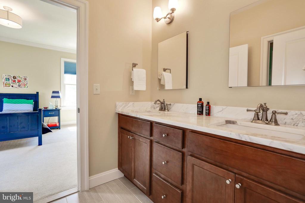 double sink and double storage cabinets - 3401 N KENSINGTON ST, ARLINGTON