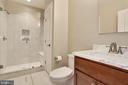 guests will appreciate  this appealing bathroom - 3401 N KENSINGTON ST, ARLINGTON