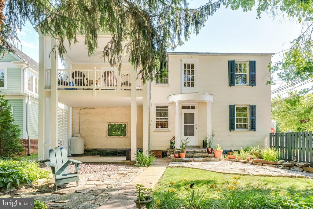 Balcony, patio, porch and landscaped back yard - 300 W GERMAN ST, SHEPHERDSTOWN