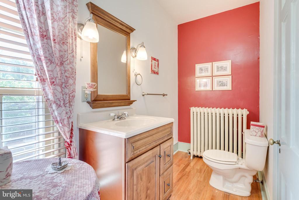 Upper Level Bath, hardwd floors - 300 W GERMAN ST, SHEPHERDSTOWN