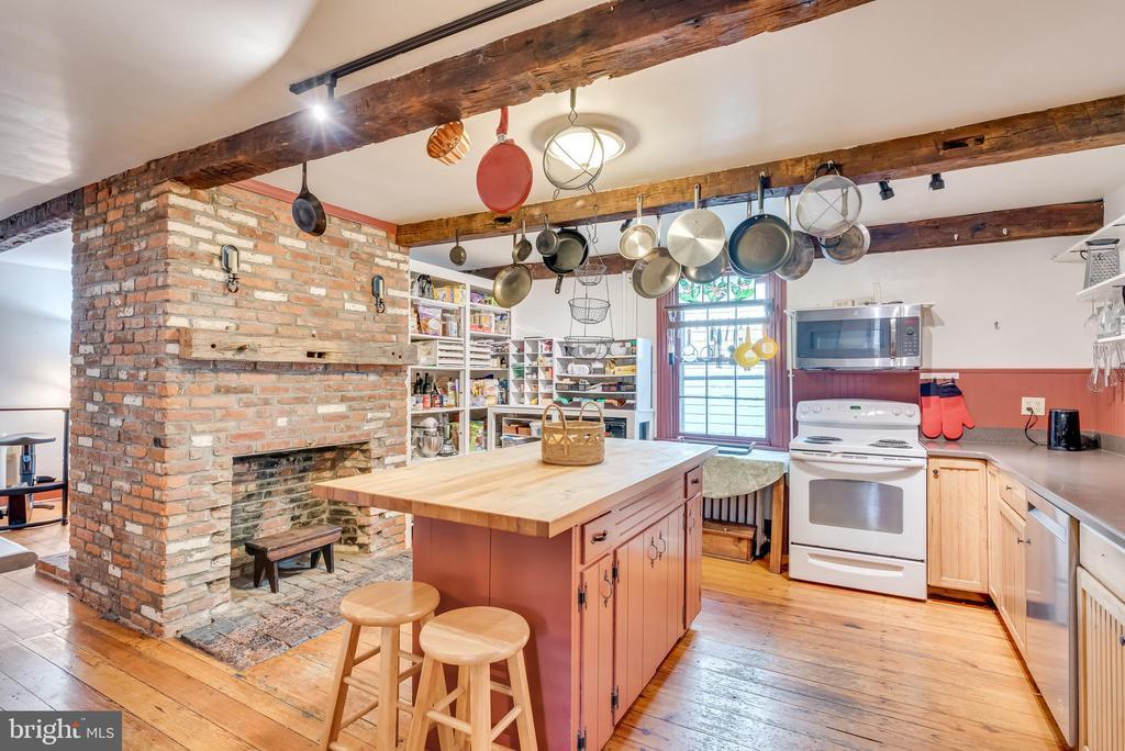 Well designed kitchen, fireplace, hdwd flooring - 300 W GERMAN ST, SHEPHERDSTOWN