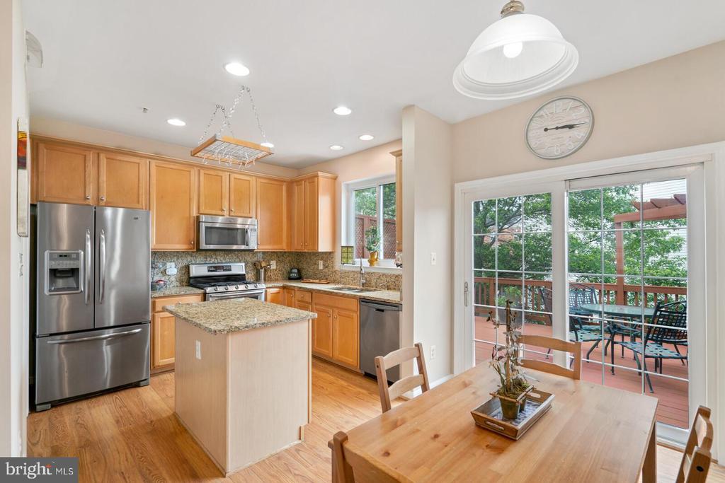 Gourmet kitchen with center isl - 13011 PARK CRESCENT CIR, HERNDON