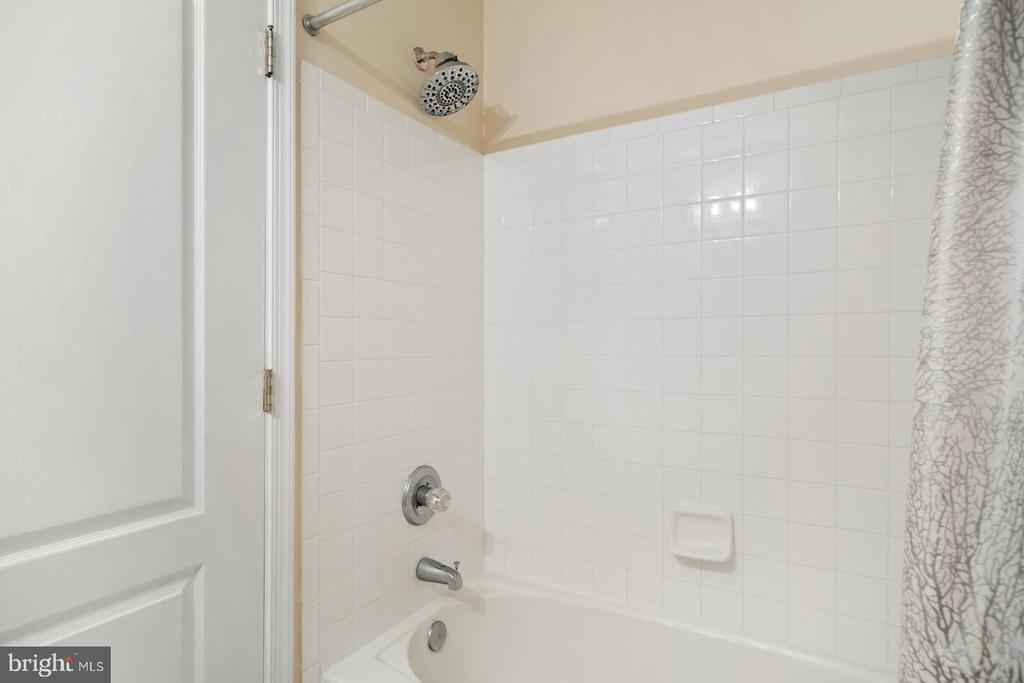 Ceramic tile tub and shower surround - 13011 PARK CRESCENT CIR, HERNDON