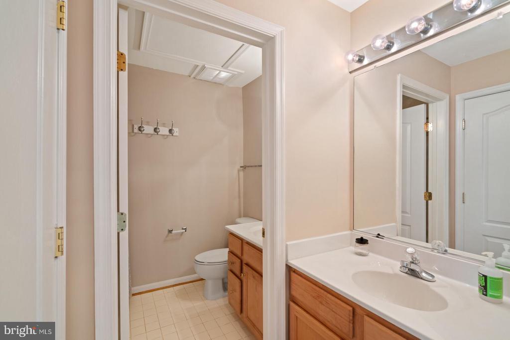 Top level full bath - 13011 PARK CRESCENT CIR, HERNDON