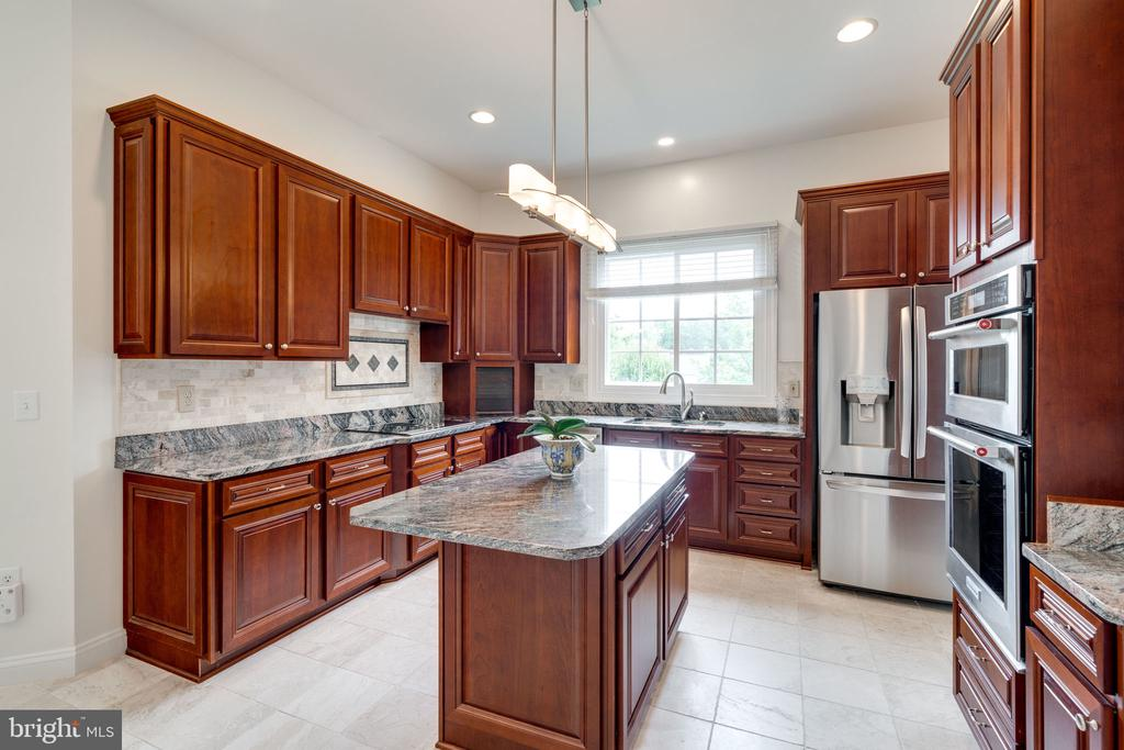 Kitchen with Island - 9413 ENGLEFIELD CT, FAIRFAX STATION