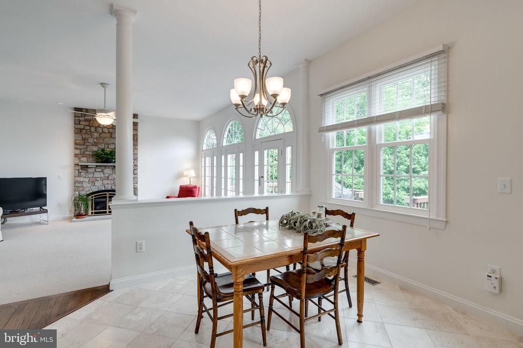 Breakfast Nook with view into Family Room - 9413 ENGLEFIELD CT, FAIRFAX STATION