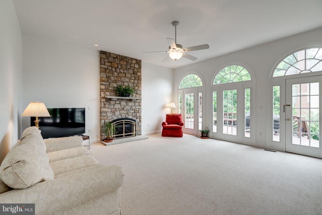 Family Room with access to Deck - 9413 ENGLEFIELD CT, FAIRFAX STATION
