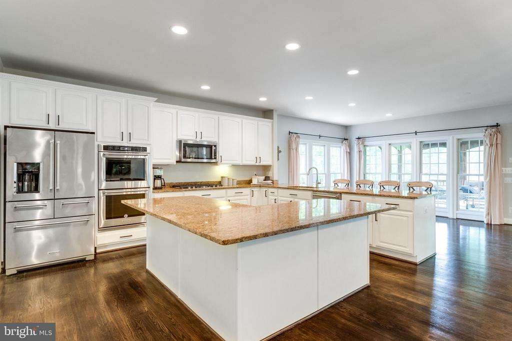 Expansive gourmet kitchen w/large center island - 2796 MARSHALL LAKE DR, OAKTON
