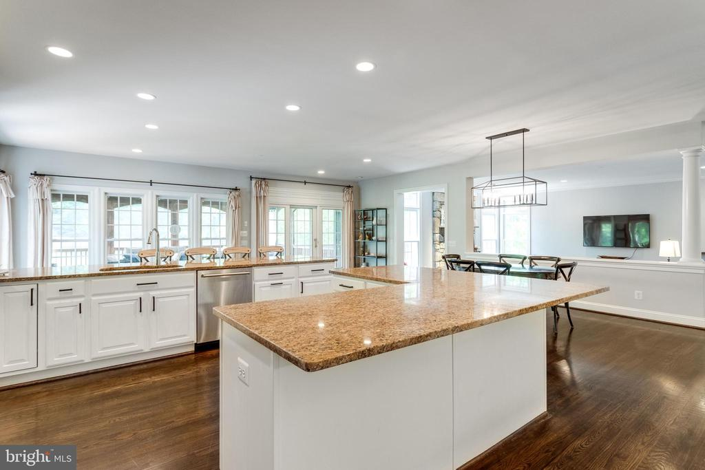 Gourmet kitchen has plenty of recessed lighting. - 2796 MARSHALL LAKE DR, OAKTON