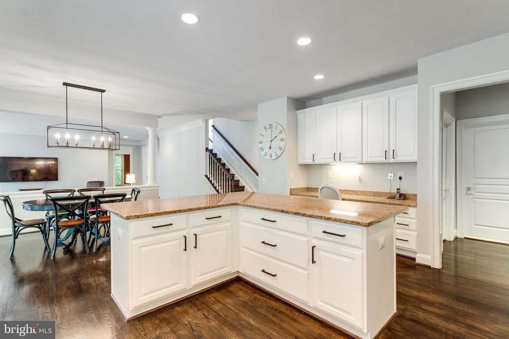 Off-white kitchen cabinets w/stylish door pulls. - 2796 MARSHALL LAKE DR, OAKTON