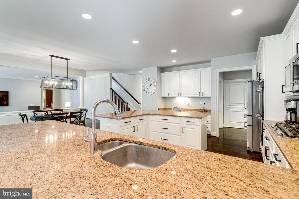 Granite kitchen counter tops in earth tones. - 2796 MARSHALL LAKE DR, OAKTON