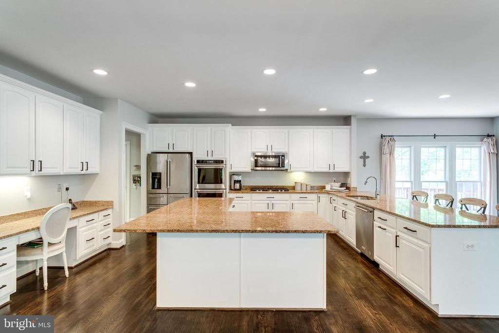 Kitchen cabinets in off-white. - 2796 MARSHALL LAKE DR, OAKTON