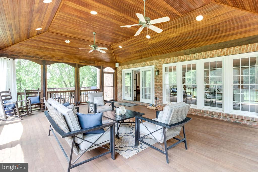 Rear screened porch. - 2796 MARSHALL LAKE DR, OAKTON