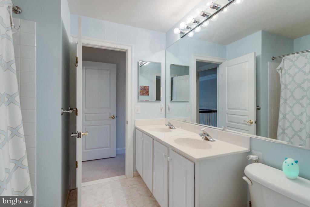 Buddy bath between bedroom #3 & #4. - 2796 MARSHALL LAKE DR, OAKTON