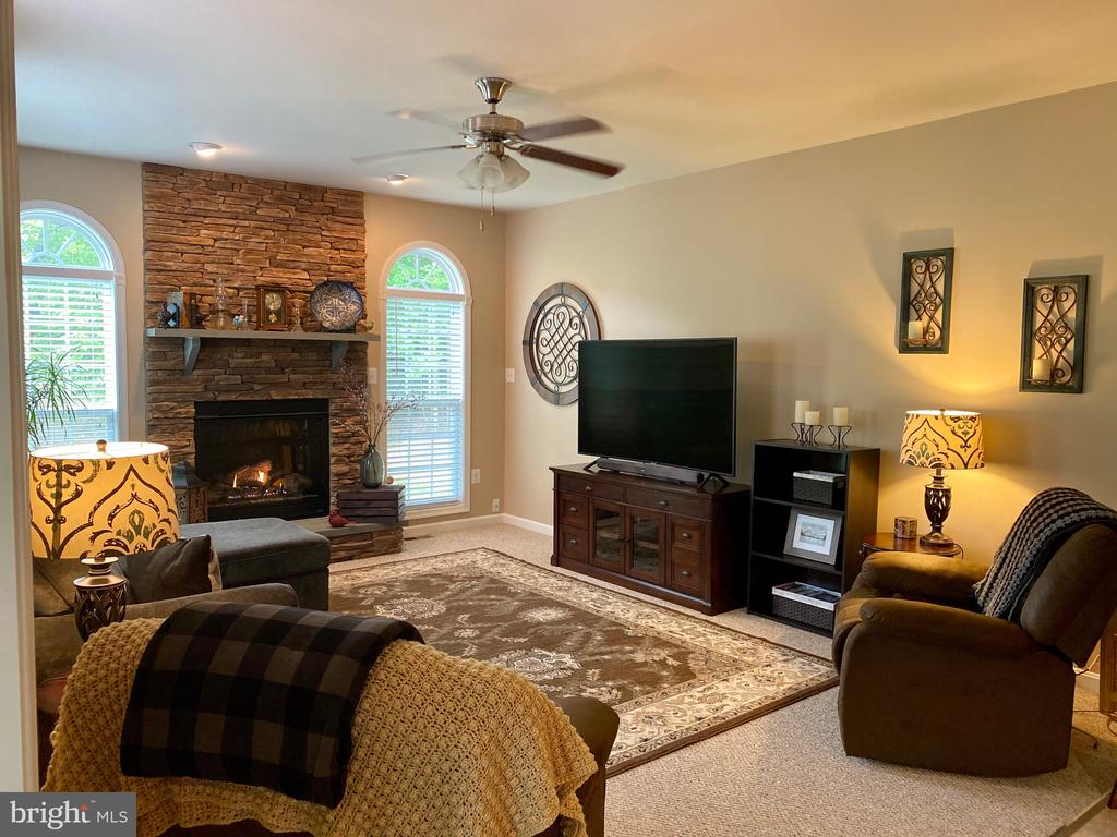 Spacious Living room with plenty of natural light - 3545 GROUSE POINTE DR, STAFFORD