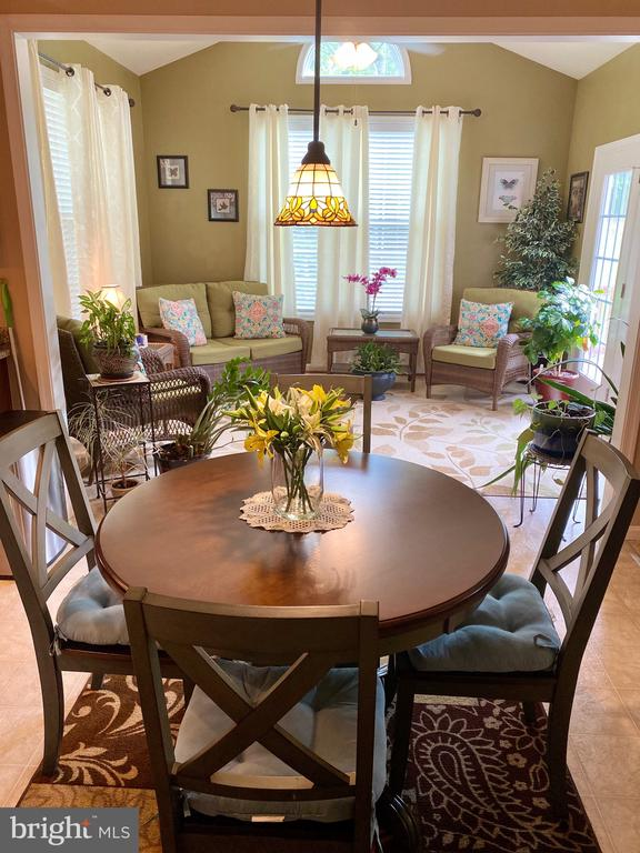 Quick dinning with views of Main floor activity - 3545 GROUSE POINTE DR, STAFFORD