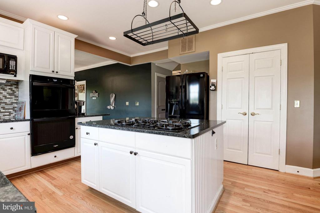 Kitchen island - 20634 ST LOUIS RD, PURCELLVILLE