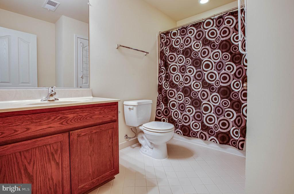 Bedroom #2/ Private bathroom - 1025 SCARLET LN, CULPEPER