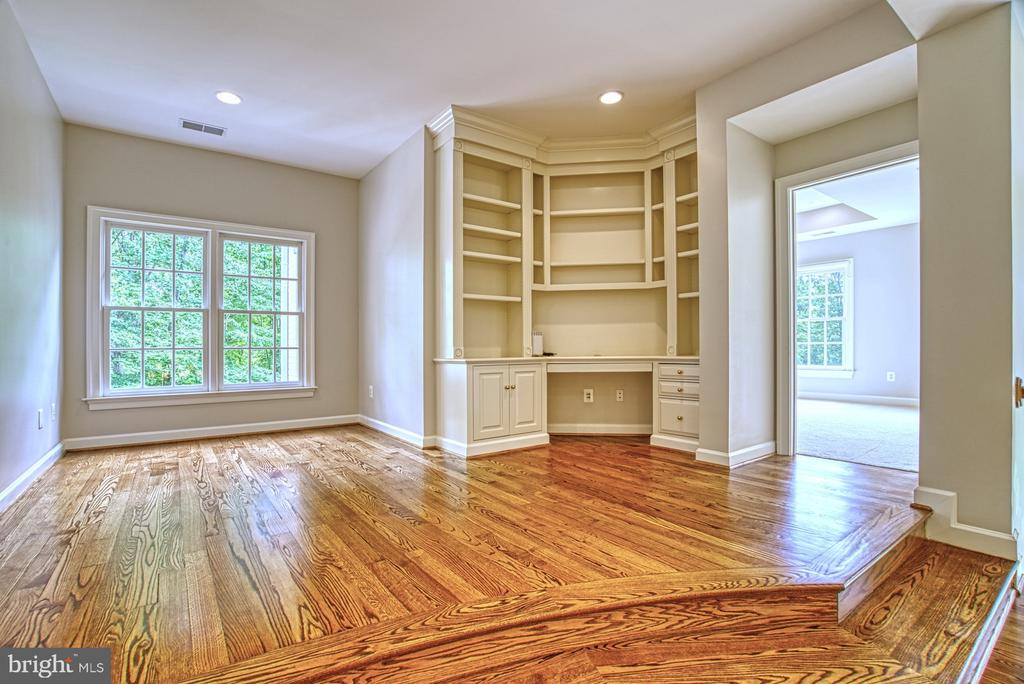 Upper Loft with Built-in Desk & Shelving - 41011 ALYSHEBA DR, LEESBURG