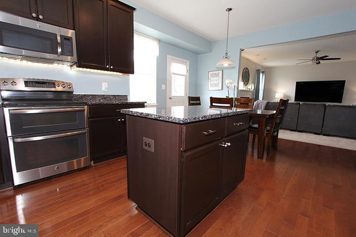 Alt view of kitchen with gleaming hardwood floors - 17352 TEDLER CIR, ROUND HILL