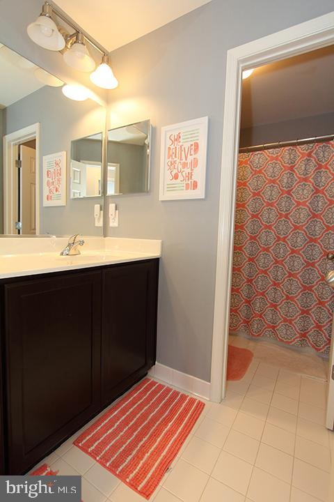 Alt view of upper level hall bath - 17352 TEDLER CIR, ROUND HILL