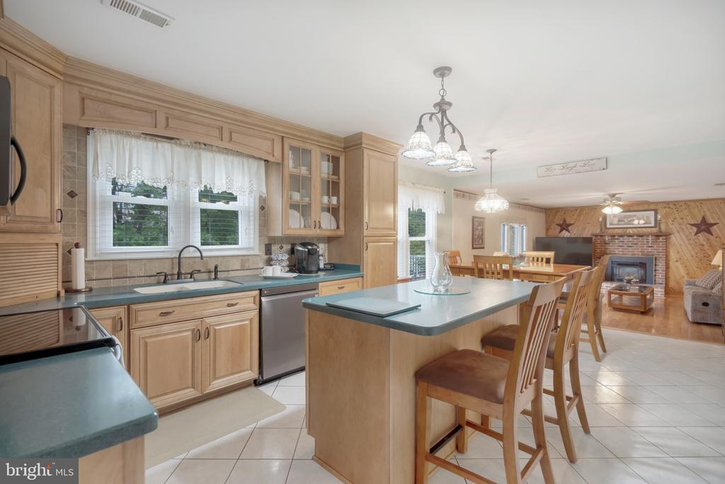Kitchen with island for additional seating - 22 BALLANTRAE CT, STAFFORD