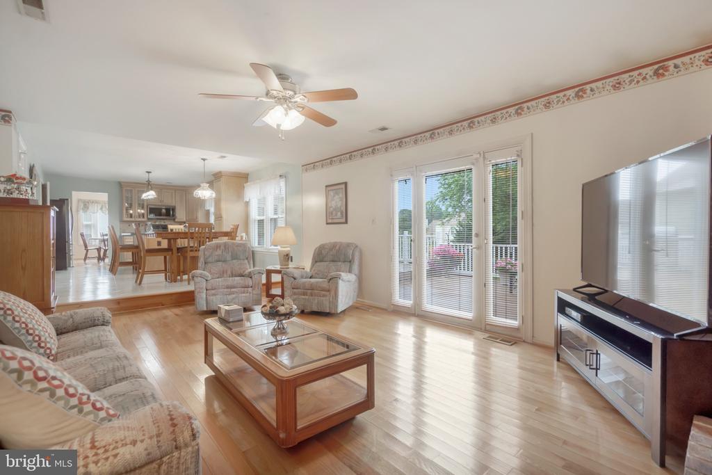 Family room off kitchen - 22 BALLANTRAE CT, STAFFORD