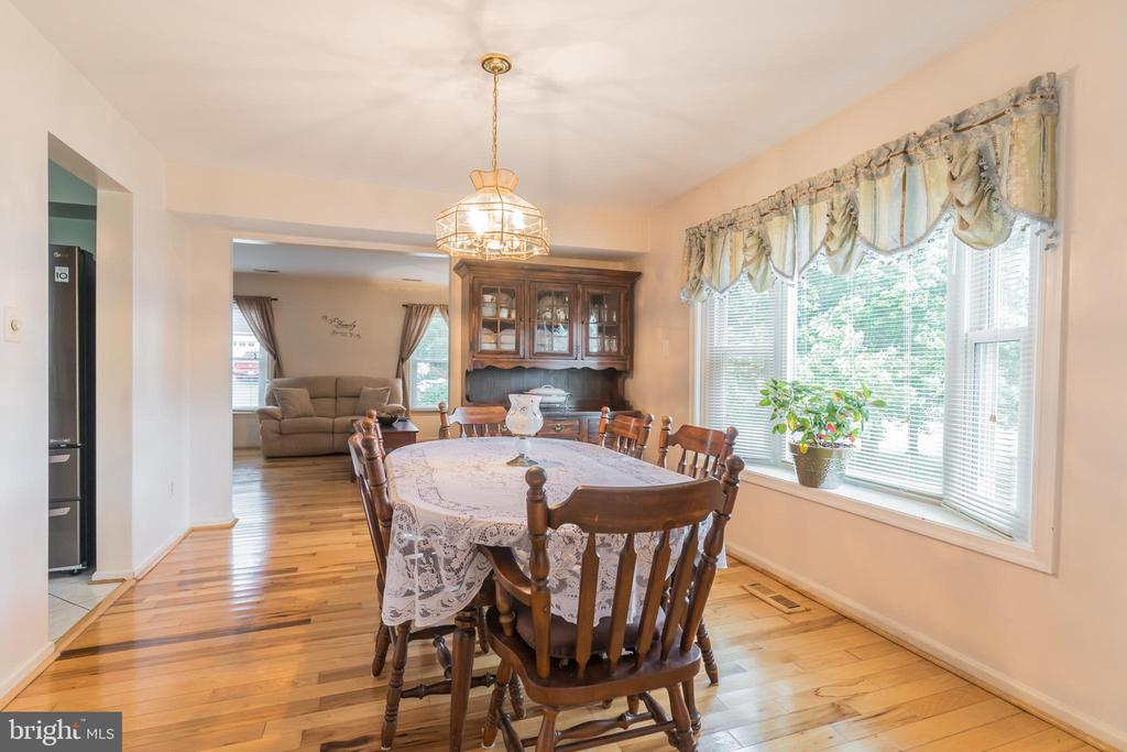 Dining Room with bay window - 22 BALLANTRAE CT, STAFFORD