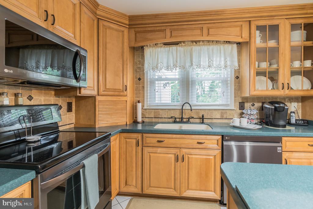Newer kitchen appliances - 22 BALLANTRAE CT, STAFFORD