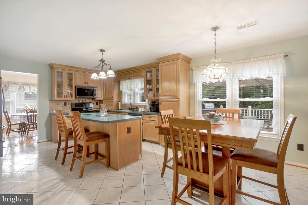 Space for table - 22 BALLANTRAE CT, STAFFORD