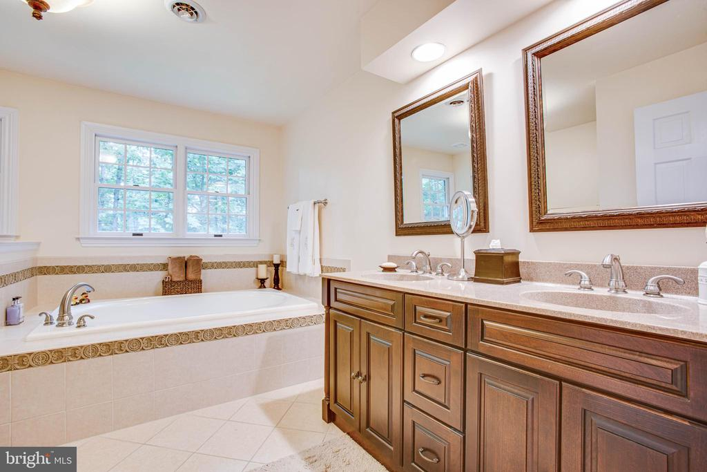 Master bath with soaking tub - 8105 WATERFORD DR, SPOTSYLVANIA