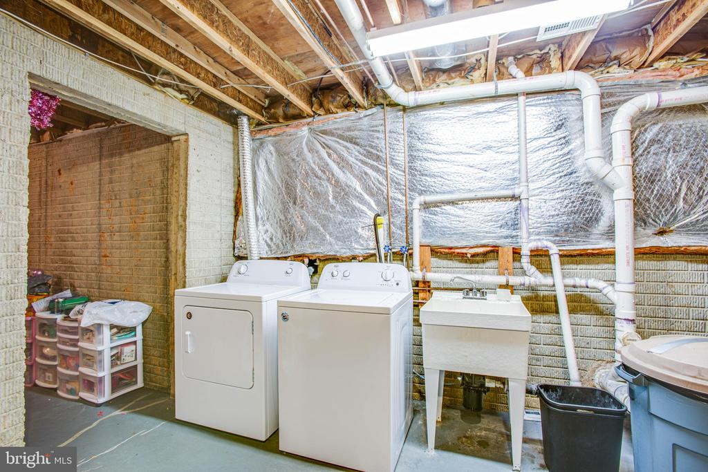 basement laundry area with deep sink - 8105 WATERFORD DR, SPOTSYLVANIA