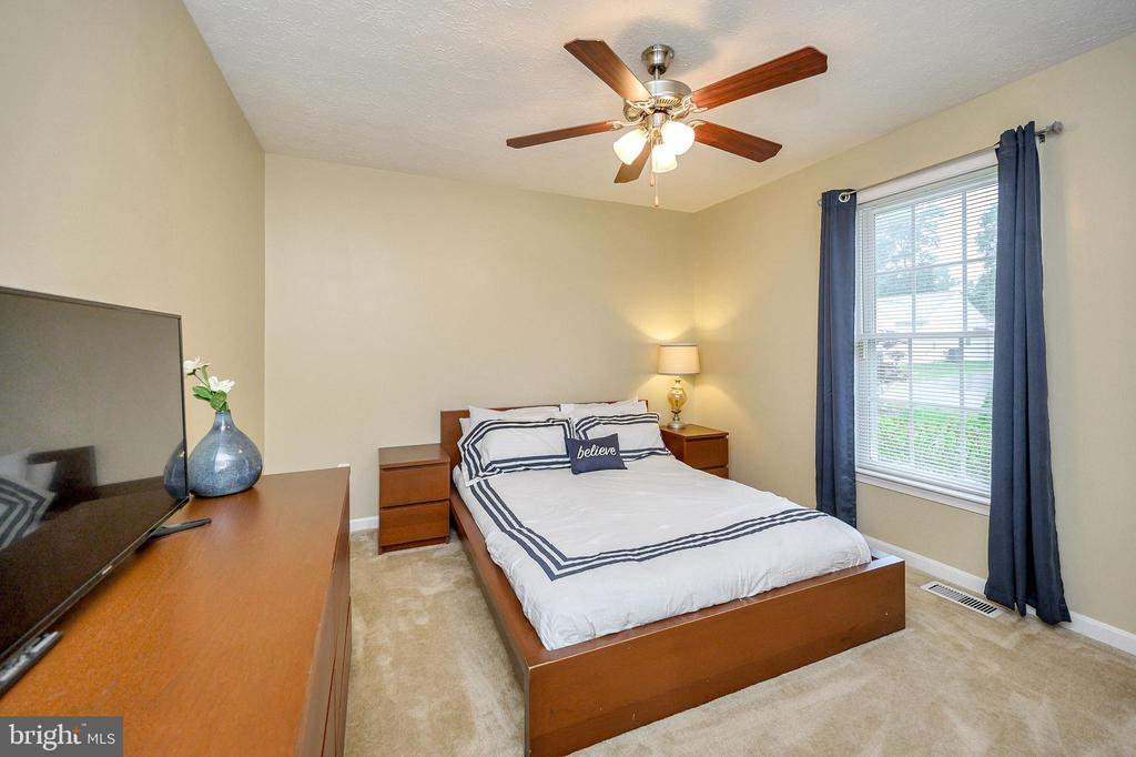 Bedroom 2 with ceiling fan - 10109 HERIOT ROW CT, FREDERICKSBURG