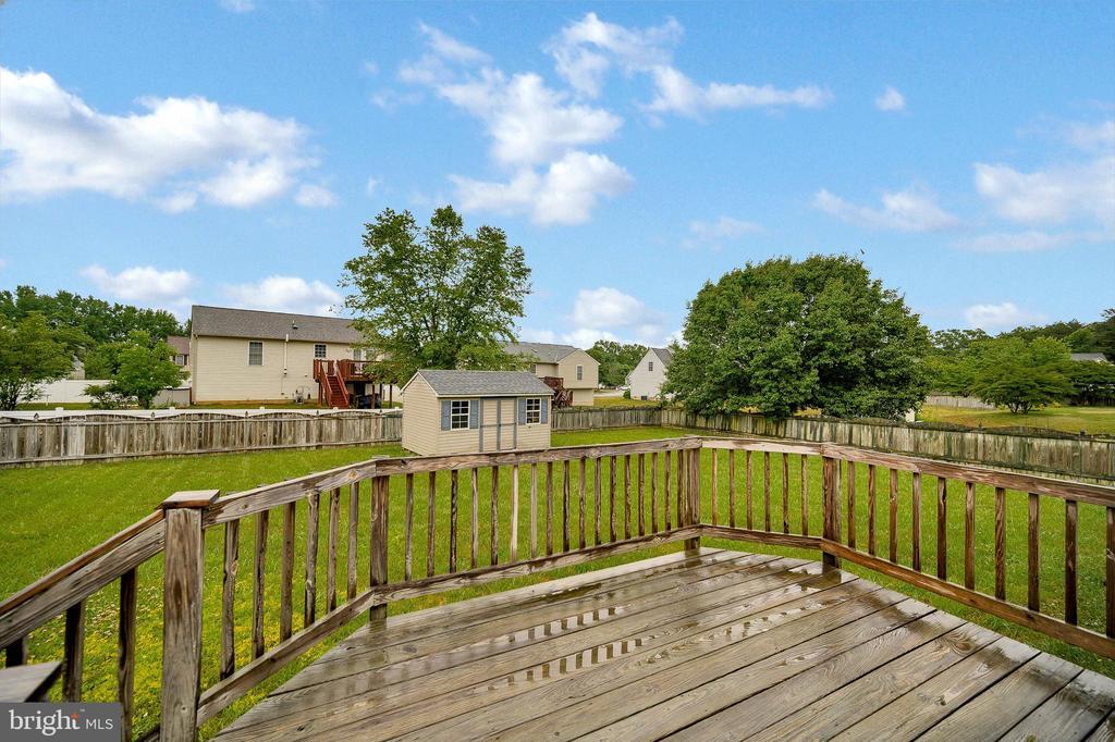 Large deck overlooking yard - 10109 HERIOT ROW CT, FREDERICKSBURG