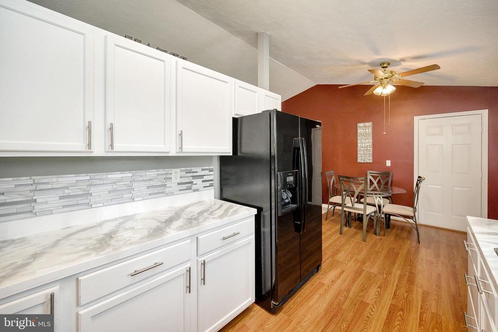 Kitchen with adjoining breakfast nook - 10109 HERIOT ROW CT, FREDERICKSBURG