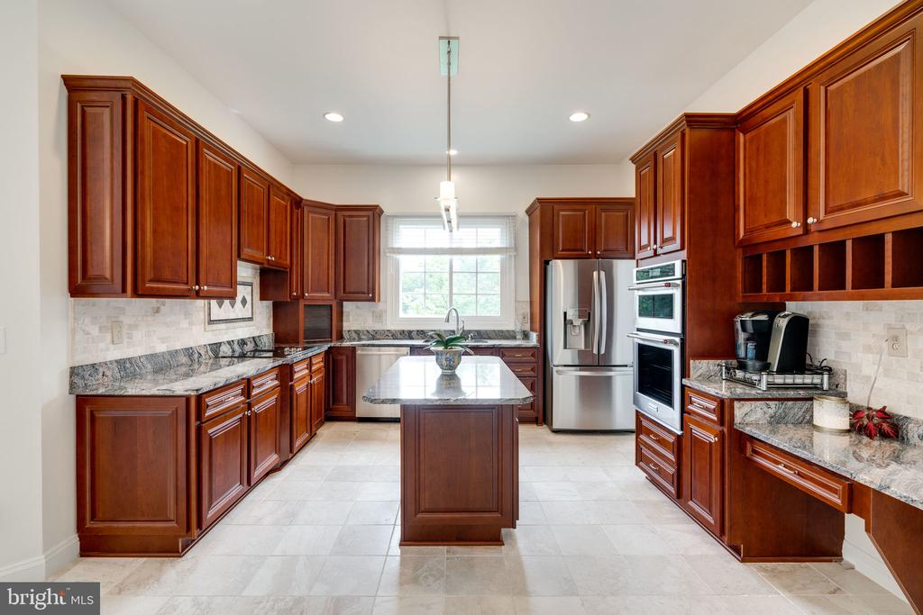 Kitchen with Beautiful Granite Counters - 9413 ENGLEFIELD CT, FAIRFAX STATION