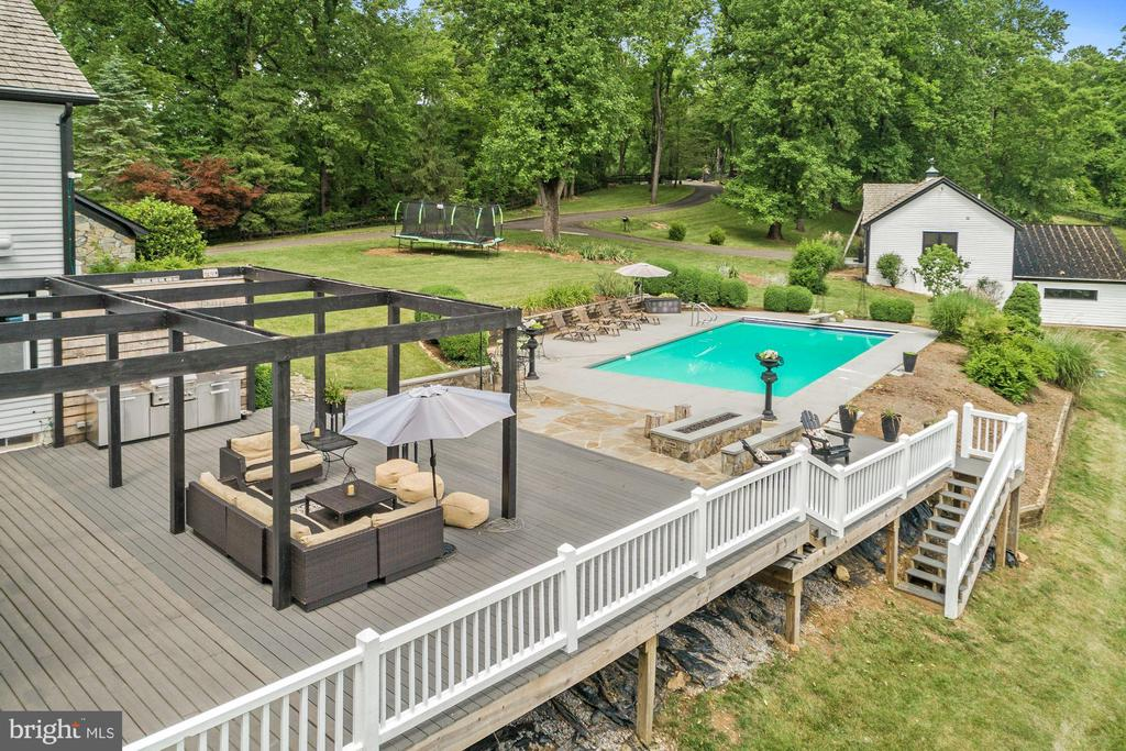 Wrap around deck - 16832 OLD WATERFORD RD, PAEONIAN SPRINGS