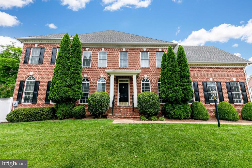 Welcome home to this gorgeous Carrington model! - 43597 MERCHANT MILL TER, LEESBURG