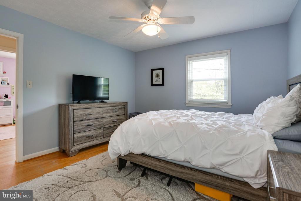 master bedroom has walk in closet with organizers - 3831 N ABINGDON ST, ARLINGTON