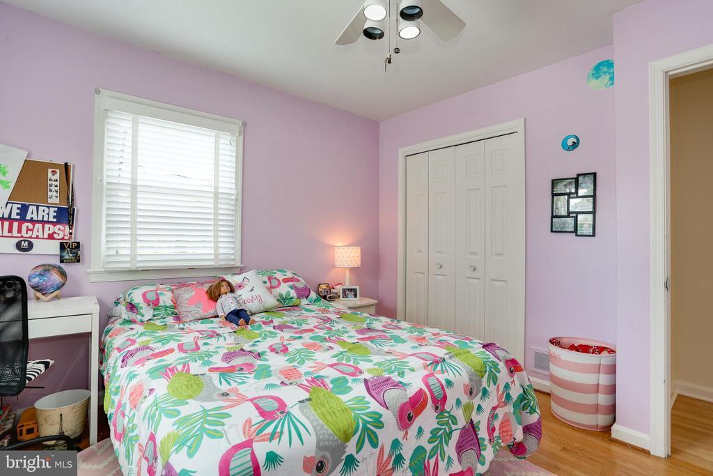 wood floors, double closets, space for desk - 3831 N ABINGDON ST, ARLINGTON